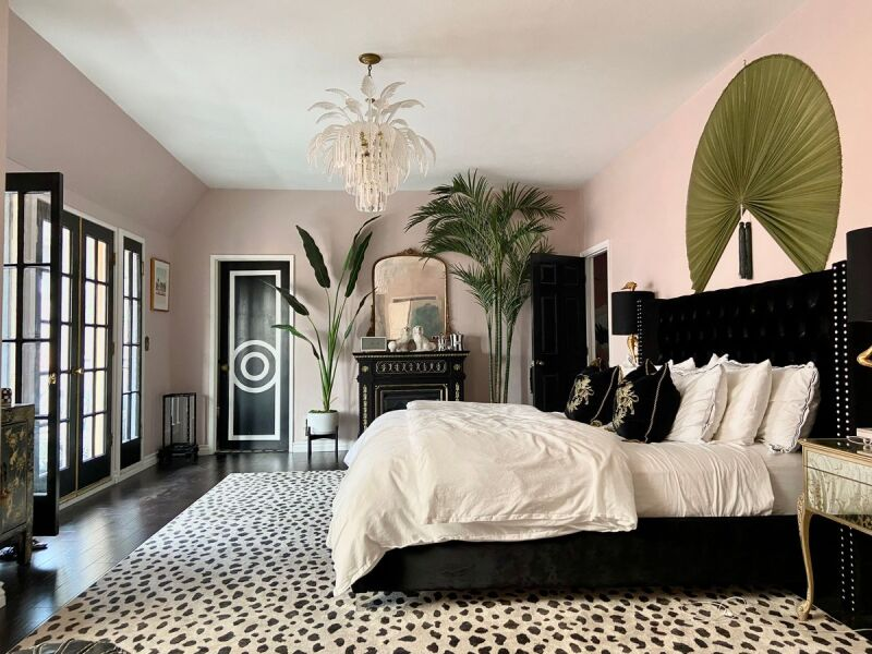 Bedroom decor inspired by the glamorous Hollywood Regency hotel.